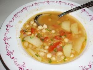 Cizrnová polévka s červenou čočkou a čerstvým koriandrem