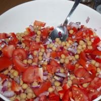 Cizrna s nakrájenými rajčaty a fialovou cibulí